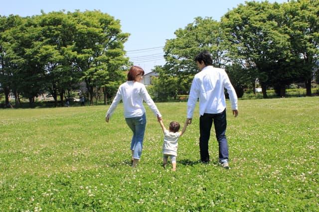公園で手をつなぐ