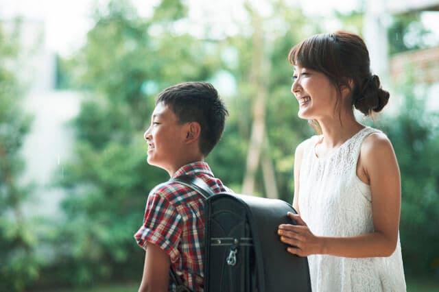 小学生と母親