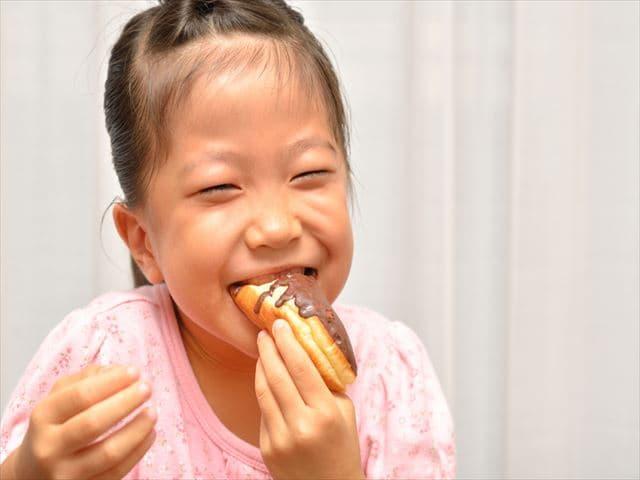 パンを食べる子ども