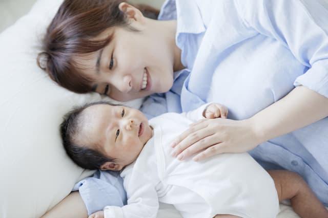 添い寝する赤ちゃん