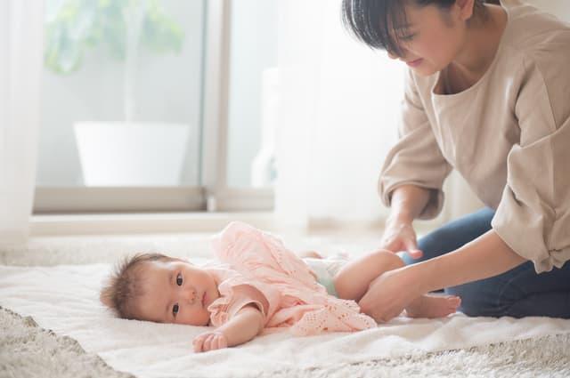 おむつ替え中の赤ちゃん