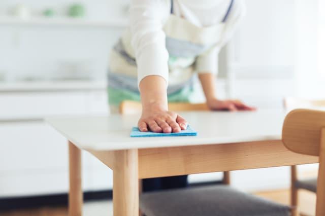テーブルを拭く女性