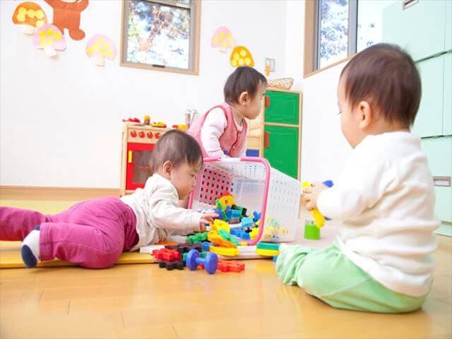おもちゃで遊ぶ子どもたち