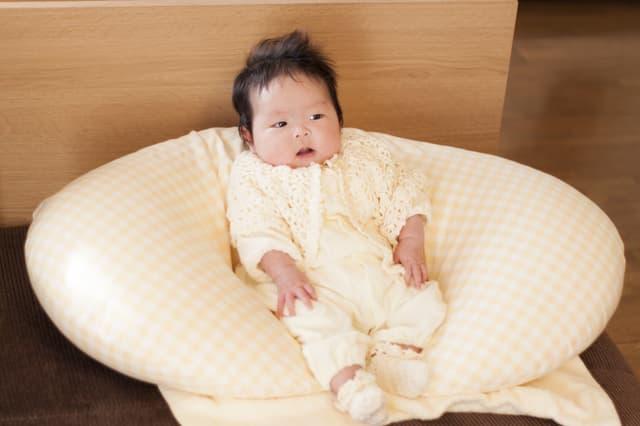 クッションの中の赤ちゃん