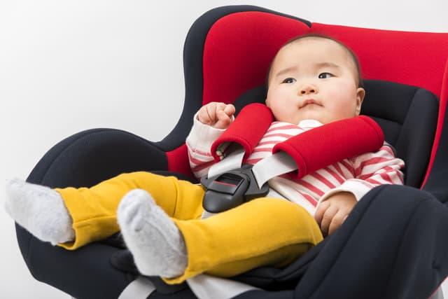 チャイルドシートに座る赤ちゃん