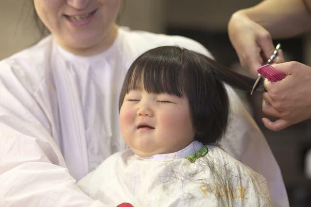 髪を切る赤ちゃん