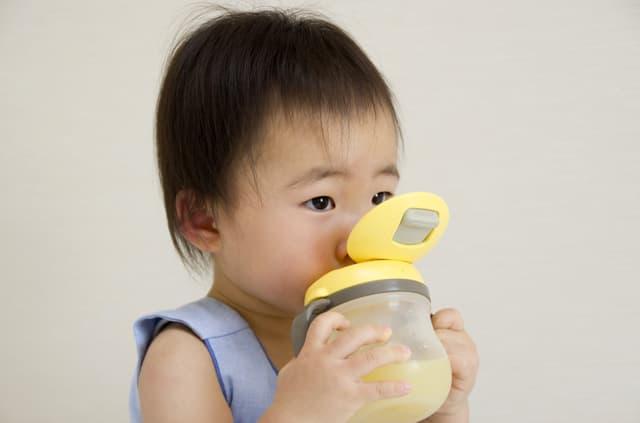 ジュースを飲む赤ちゃん