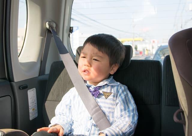 シートベルトをする子ども