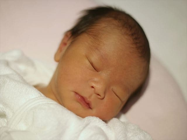 新生児の寝顔