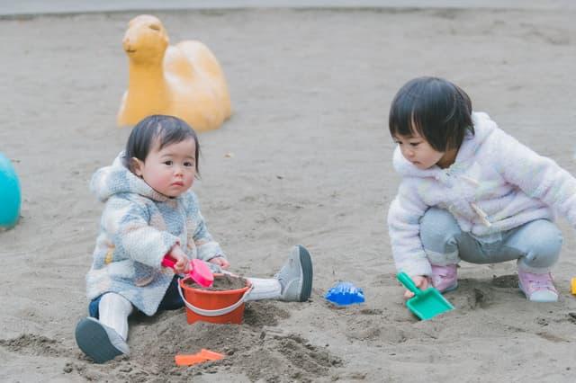 砂場の子どもたち