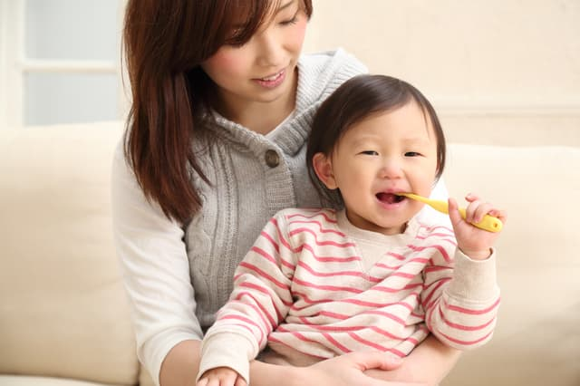 歯磨きする子ども
