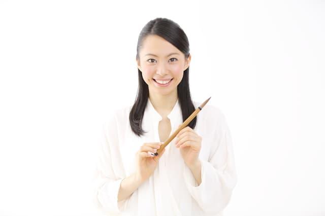 筆を持つ女性