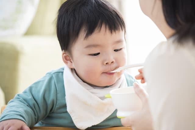 食事をする赤ちゃん