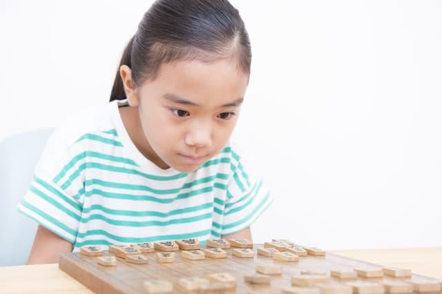 将棋をさす女の子