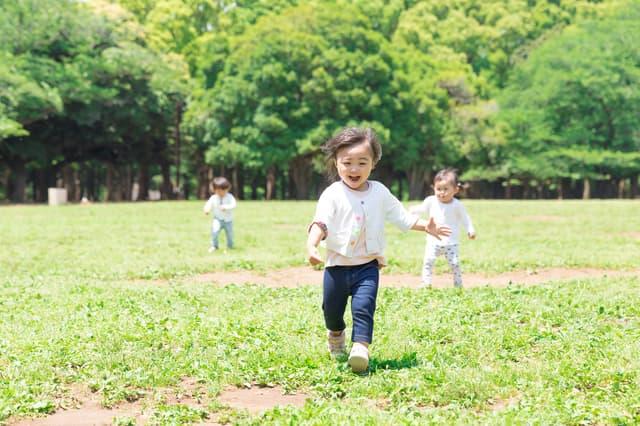 公園で走る幼児