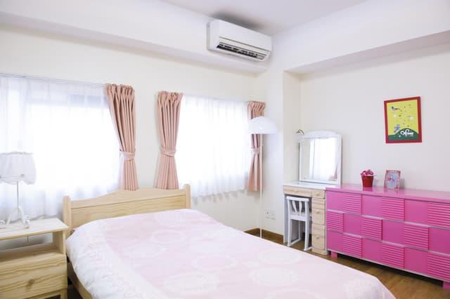 ピンクの寝室