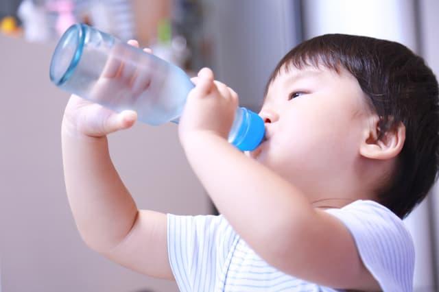 炭酸を飲む子ども