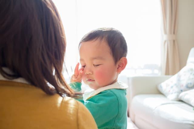 めをこする赤ちゃん