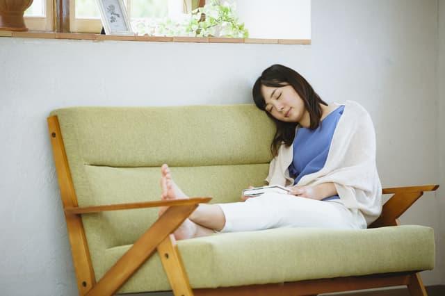 椅子で居眠り