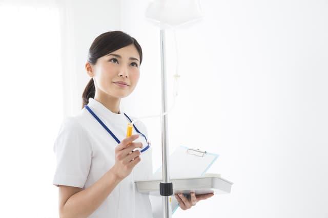 点滴をする看護師