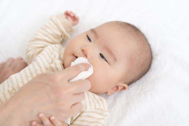 赤ちゃんの顔を拭く