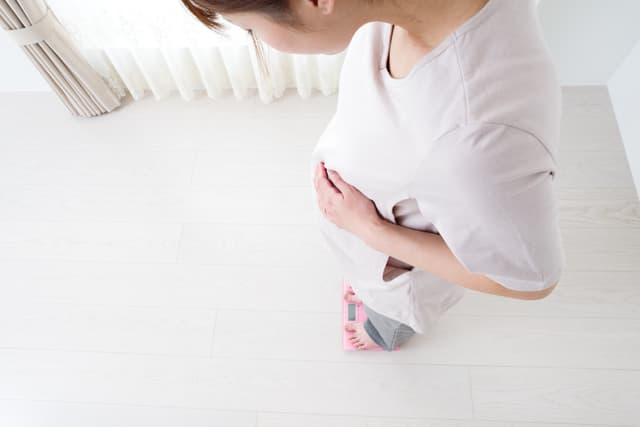 体重を測る妊婦
