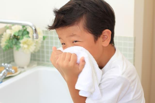 顔を洗う男の子