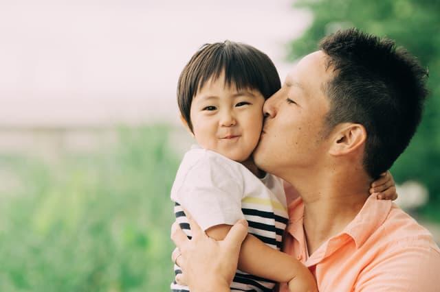 キスする父親
