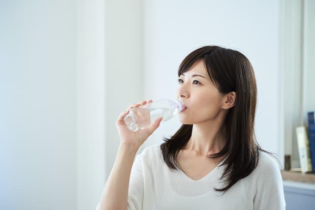 炭酸水を飲む