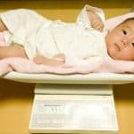 新生児って体重が減るの!?新生児の生理的体重減少とは?
