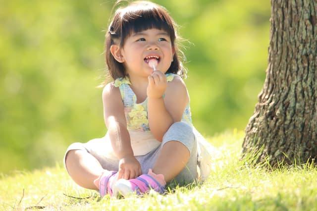 アメを食べる子ども