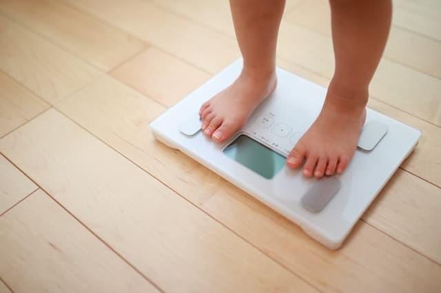 子どもと体重計
