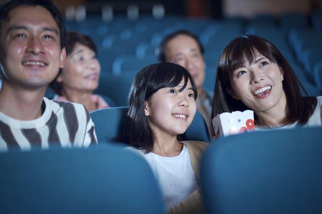 子どもと映画を見る