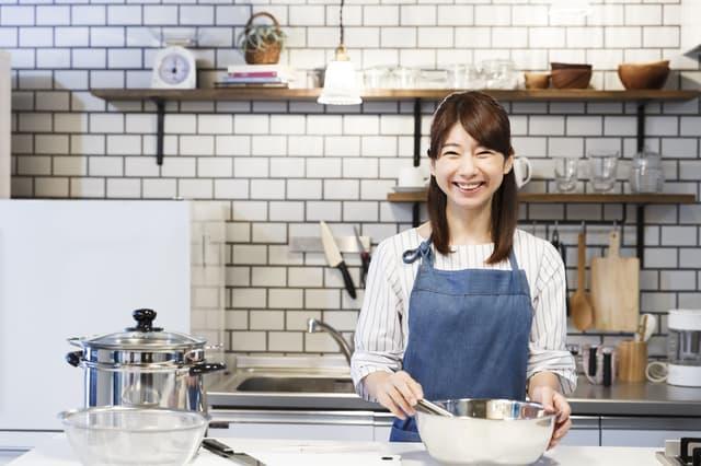 料理をする主婦