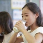 学校給食に牛乳が出る理由とは?牛乳を出すことは決められているの?