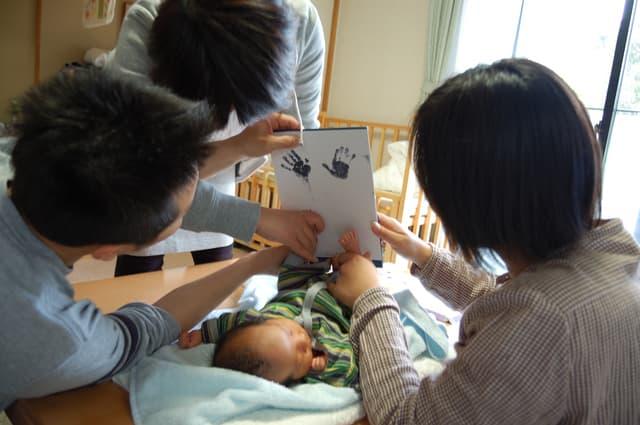 新生児の足型