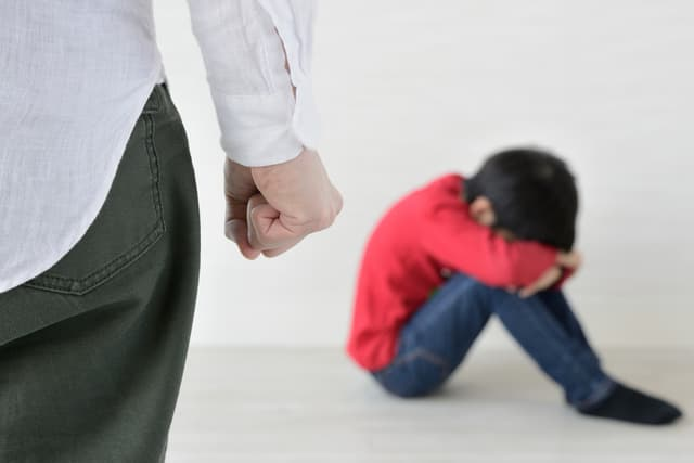 虐待する親