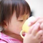 そろそろコップで飲んでほしい!赤ちゃんのコップ練習のコツ