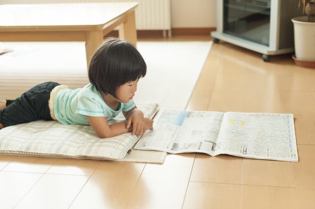 新聞を読む子ども