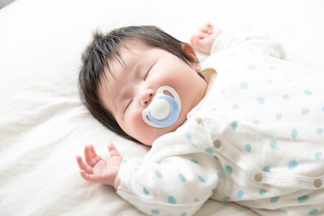 おしゃぶりで寝ている赤ちゃん
