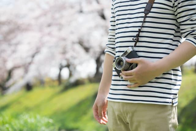 カメラを持つ夫