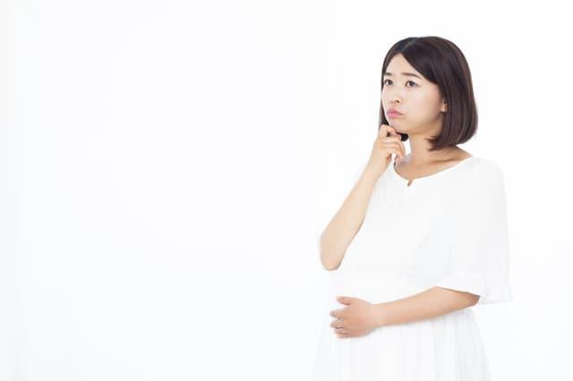 考える妊婦