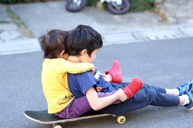 道路で遊ぶ子ども