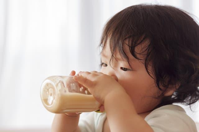 赤ちゃんと哺乳瓶
