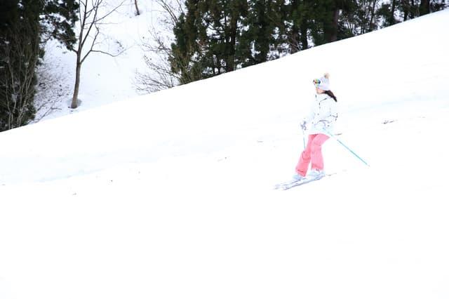 スキーを楽しむ女の子