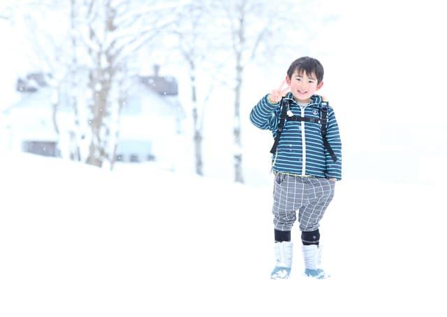 雪の中の男の子
