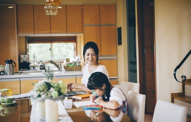 在宅の母と子
