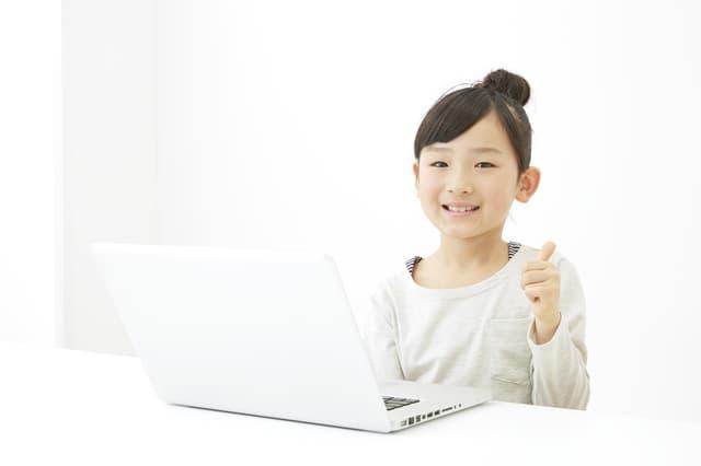 女の子とパソコン