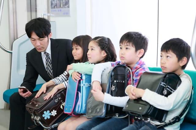 電車通学の小学生