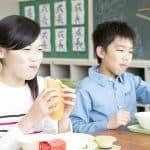 小学校の給食費って年間どれくらいかかる?無償化の自治体も